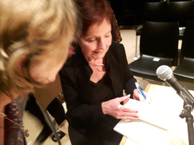 Louise Dupré en signature après une représentation